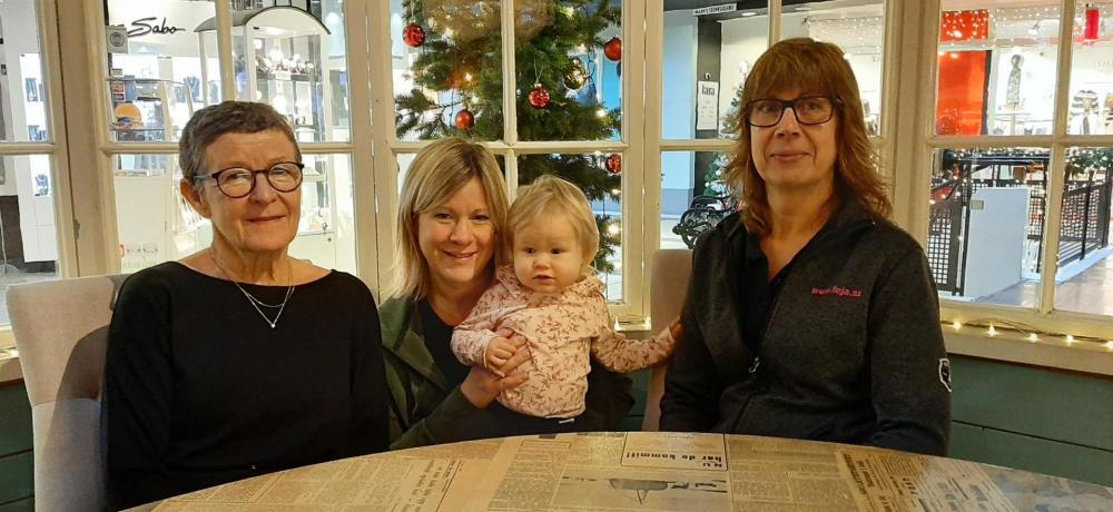 Deltagare i kasskampen: Människor med julgran i bakgrunden