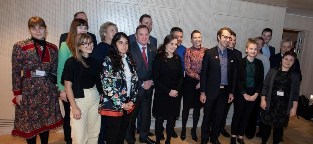 Alla de nordiska ungdomsrepresentanter och statsministrarna