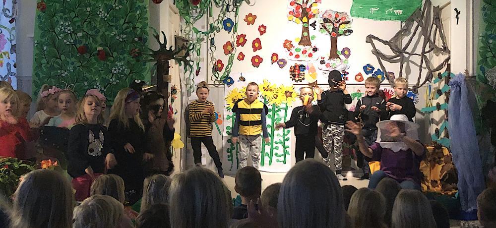 Barnen står på scenen utklädda till olika djur