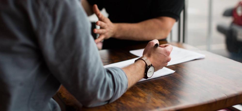 Ett möte och samtal mellan människor, händer i rörelse