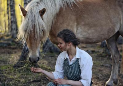 Nadja ger hö åt sin häst