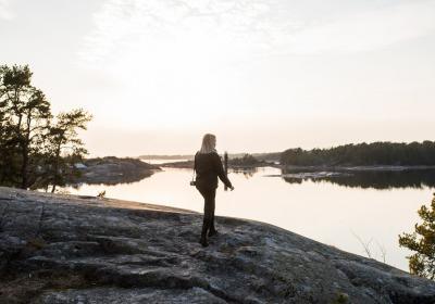 Person på ett berg som ser ut på vattnet
