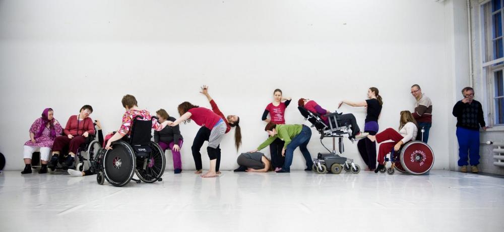 Personer med olika funktionsvariationer dansar