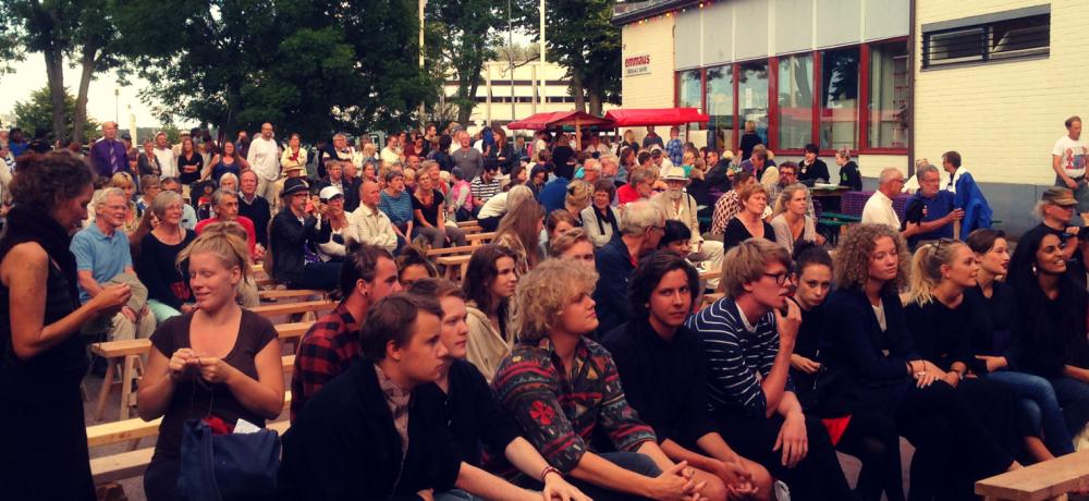 Människor i publik utomhus vid tidigare Emmausfestival