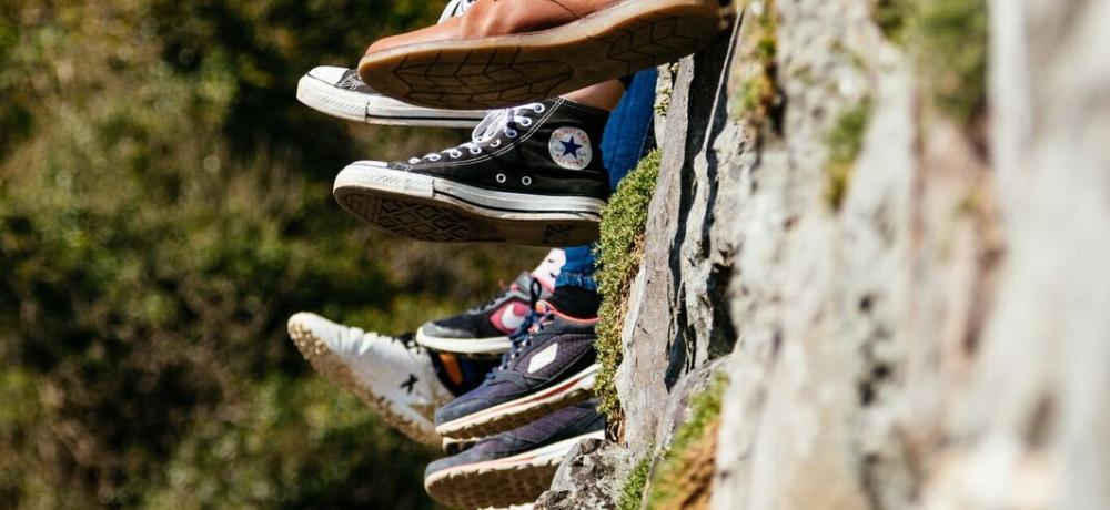 Skor och fötter mot vägg