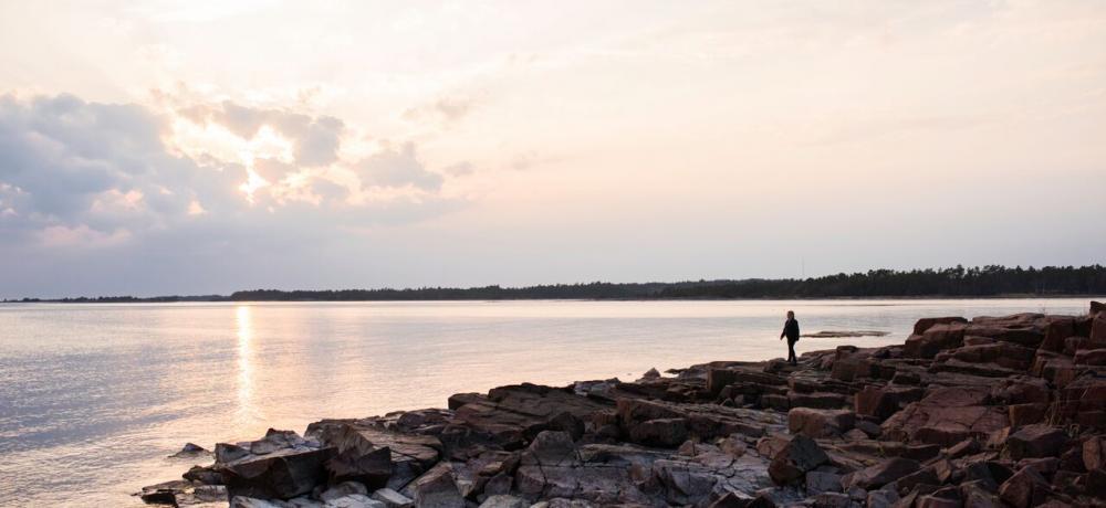 Person på klippor vid Östersjön