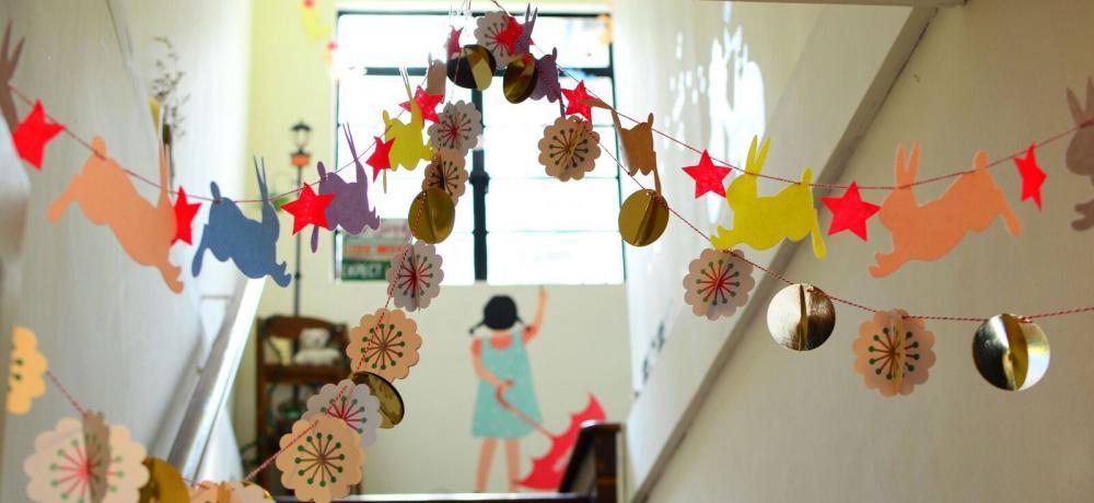 Festlig trappa med takdekorationer