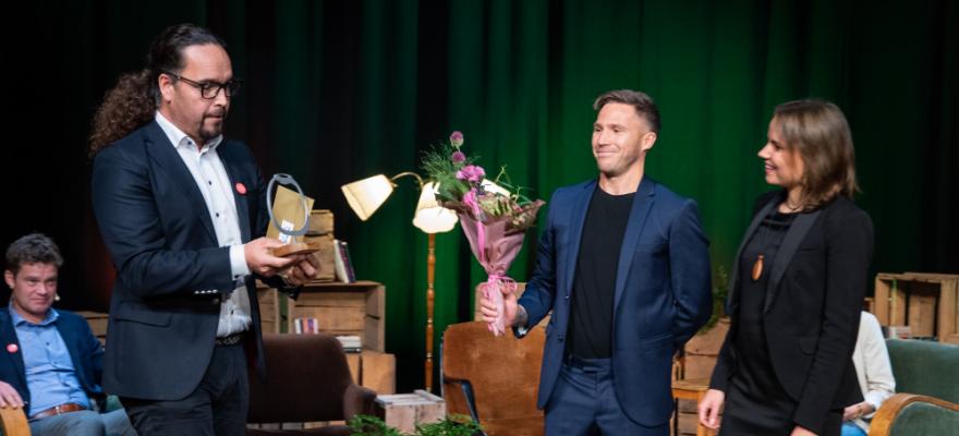 Fredrik Karlström delar ut pris till Victor och Emelie Börman
