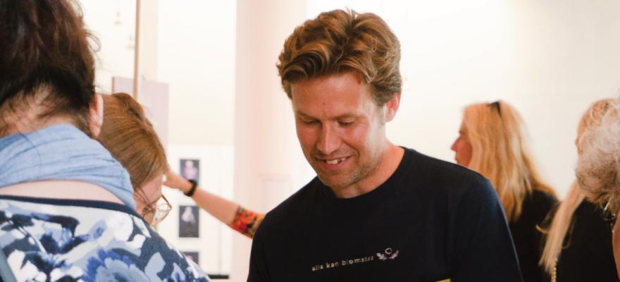 Micke Larsson med mörkblå t-shirt