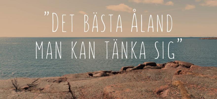 """Texten """"Det bästa Åland man kan tänka sig"""" ovanpå en bild av röda klippor och hav."""