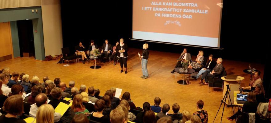 Presentatörer och besökare på forum - Människor i sal