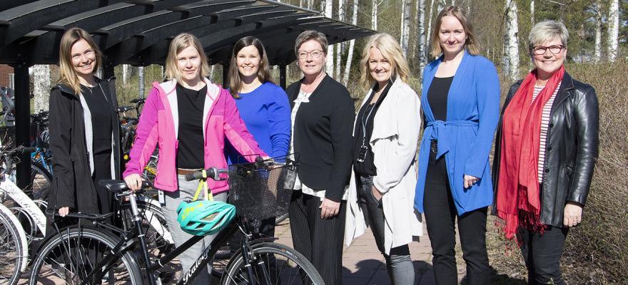 Kampanjdeltagare vid cykelställ