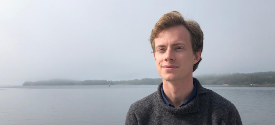 Rufus Panelius mot bakgrund av sjö och dimma