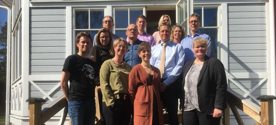 Rådtes medlemmar ute på en solig trappa. Rebecka Eriksson saknas på bilden.