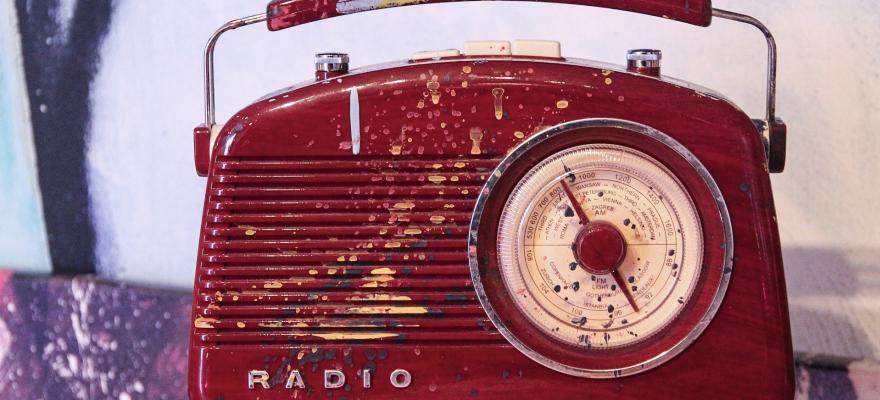 Röd äldre radio med färgstänk