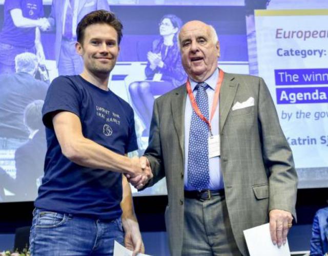 Micke Larsson tar emot priset för European Sustainability Award